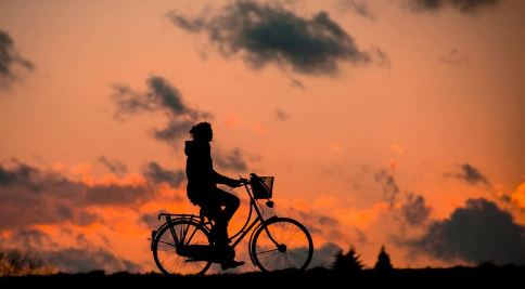 silhouette-of-person-riding-a-bike-during-sunset